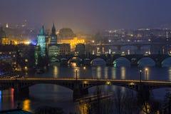 Vista di notte sui ponti a Praga, repubblica Ceca Immagine Stock