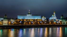 Vista di notte sul castello di Cremlino a Mosca immagine stock