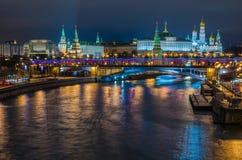 Vista di notte sul castello di Cremlino a Mosca fotografia stock