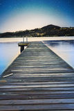 Vista di notte sul lago tranquillo Fotografia Stock Libera da Diritti
