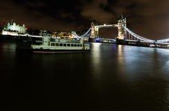 Vista di notte sul ponte della torre e sulla torre di Londra dalla s del sud ad ovest Fotografia Stock