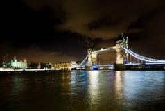 Vista di notte sul ponte della torre e sulla torre di Londra dalla s del sud ad ovest Immagine Stock