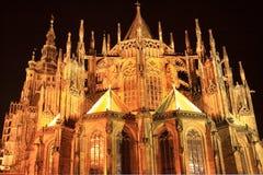 Vista di notte sulla cattedrale della st Vitus gotico sul castello di Praga Fotografia Stock