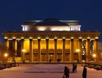 Vista di notte sulla costruzione del teatro Immagine Stock