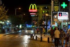 Vista di notte sulla via in Protaras, Cipro fotografia stock libera da diritti