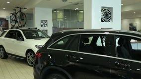 Vista di nuova automobile di fila alla nuova sala d'esposizione dell'automobile Automobili nuovissime in azione Nuovo mercato del video d archivio