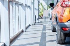 Vista di nuova automobile di fila alla nuova sala d'esposizione dell'automobile fotografie stock