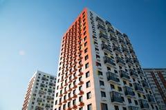 Vista di nuove case un chiaro giorno soleggiato fotografia stock libera da diritti