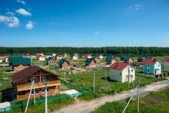Vista di nuove vicinanze suburbane contemporanee Immagini Stock Libere da Diritti