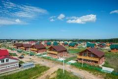 Vista di nuove vicinanze suburbane contemporanee Fotografia Stock