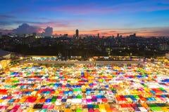 Vista di occhi di uccello del mercato libero in grande città durante la penombra Immagini Stock