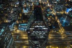 Vista di occhio dell'uccello aerea delle vie del centro della città alla notte con la costruzione del distretto aziendale e l'aut Fotografie Stock