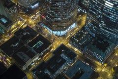 Vista di occhio dell'uccello aerea delle vie del centro della città alla notte nel distretto aziendale Fotografia Stock