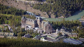 Vista di occhio di uccello del Fairmont famoso Banff Springs Hotel Immagine Stock Libera da Diritti