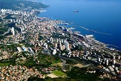 Vista di occhio di uccello di Rijeka e del mare adriatico, Croazia Immagini Stock Libere da Diritti