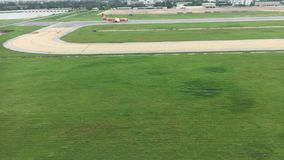 Vista di occhio di uccello prima di atterraggio di aeroplano stock footage