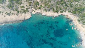 Vista di occhio di uccelli delle acque blu trasparenti con le barriere coralline e le scogliere sull'isola tropicale fotografie stock