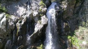 Vista di occhio di uccelli famosa della cascata in Arieseni, Romania video d archivio