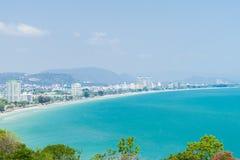 Vista di occhio di uccello della spiaggia, del mare e della città di Pattaya, Chonburi in Tailandia Immagini Stock