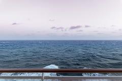 Vista di oceano aperta triste con l'inferriata della piattaforma immagini stock libere da diritti