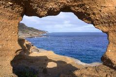 Vista di oceano attraverso la finestra della roccia Fotografia Stock Libera da Diritti