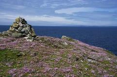 Vista di oceano con il cairn ed il risparmio Fotografie Stock Libere da Diritti