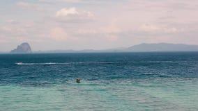Vista di oceano con la barca che passa di estate archivi video