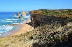 Vista di oceano con la massa della roccia i dodici apostoli dell'Australia Immagini Stock