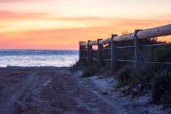 Vista di oceano di una via con un recinto di legno Fotografia Stock