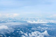 Vista di oceano e del cielo blu sopra le nuvole Fotografia Stock