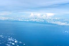 Vista di oceano e del cielo blu sopra le nuvole Fotografia Stock Libera da Diritti