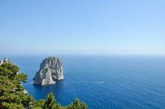 Vista di oceano e della costa - Faraglioni, Capri immagini stock libere da diritti