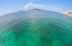 Vista di oceano nel giorno di estate soleggiato immagini stock