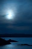 Vista di oceano nella luce della luna Fotografia Stock