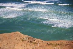 Vista di oceano Pacifico a Lima, simbolo del cuore fatto delle pietre sulla spiaggia Fotografie Stock Libere da Diritti