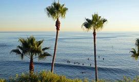 Vista di oceano sotto il Laguna Beach del parco di Heisler, California immagine stock