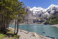 Vista di Oeschinensee con le alpi svizzere su Bernese Oberland, Svizzera Fotografia Stock