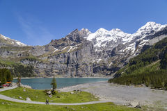 Vista di Oeschinensee (lago Oeschinen) con Bluemlisalp e di Frundenhorn delle alpi svizzere su Bernese Oberland Fotografie Stock