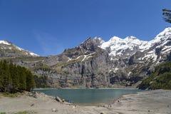 Vista di Oeschinensee (lago Oeschinen) con Bluemlisalp e di Frundenhorn delle alpi svizzere su Bernese Oberland Fotografia Stock Libera da Diritti