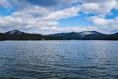 Vista di orario invernale di Carvin Cove Reservoir e della montagna folta immagine stock