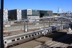 Vista di Oslo con la stazione ferroviaria e le costruzioni moderne Sono alcuno Immagini Stock Libere da Diritti