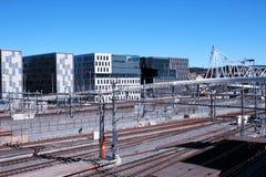 Vista di Oslo con la stazione ferroviaria e le costruzioni moderne Sono alcuno Fotografie Stock Libere da Diritti