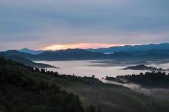 Vista di paesaggio alba sopra la collina a tempo la mattina abbia nuvola Fotografie Stock Libere da Diritti