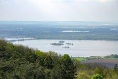 Vista di paesaggio collinoso di Palava con le foreste, le rocce ed il lago Nove Mlyny in Moravia del sud sotto il cielo con le nu Fotografia Stock