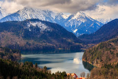 Vista di paesaggio con i coulds della pioggia e del lago La Baviera, Germania Fotografia Stock