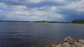Vista di paesaggio del lago con i jet ski sulla corsa con gli sci del getto di acqua Riva ed acqua di Lakeside con il jet ski per archivi video