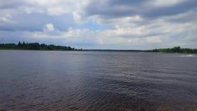 Vista di paesaggio del lago con i jet ski sulla corsa con gli sci del getto di acqua Riva ed acqua di Lakeside con il jet ski per stock footage