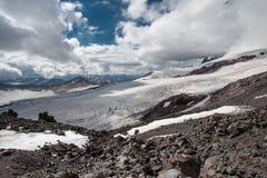 Vista di paesaggio di cielo blu e della valle innevata della montagna Fotografia Stock Libera da Diritti