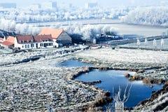 Vista di paesaggio di inverno alta sopra una fattoria immagine stock libera da diritti