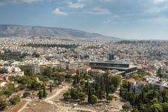 Vista di paesaggio urbano di Atene attraverso il teatro di pietra antico, Grecia immagini stock